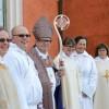Nya diakoner och präster med biskopen.