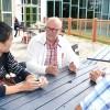 Thomas Strand i samspråk med japansk lärare på Fenix. Till höger rektor Martin Alkemark.