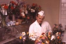 Bengt Weidman får blommor efter första dagen i Vaggeryd 1962. Foto: Gustaf Boberg.
