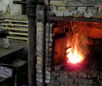 2 IMG_1534 Stenkol i härden ger med syre över 1500 graders värme vilker smälter järnet