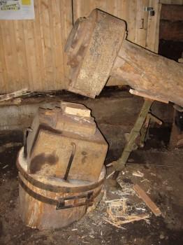 7 IMG_1554 anhållet för hammaren är en ekstock över en meter ner i marken