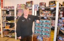 Marie Törnberg tar emot en jämn ström av kunder som vill köpa fyrverkerier.
