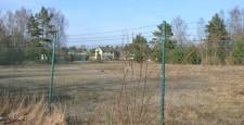 Fortfarande är en del av området inhägnat med taggtråd i plats.