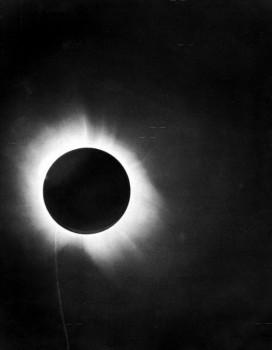 10 IMG_Eddingtons foto solförmorkelsen ljuset bojs 1919 se