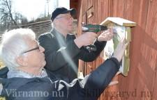 Runt om i kommunen har skyltar satts upp med information om särskilt intressanta byggnader i den så kallade kulturspår-serien. Här är det Sven Nord och Lars Erik Joakimson som är i arbete.
