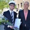 Joel Karlsson fick skrivarstipendiet från Byarums Hembygdsförening genom dess ordförande Oscar Smith-oskarsson.