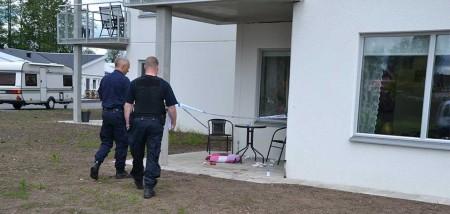 Polis på plats för undersökning.