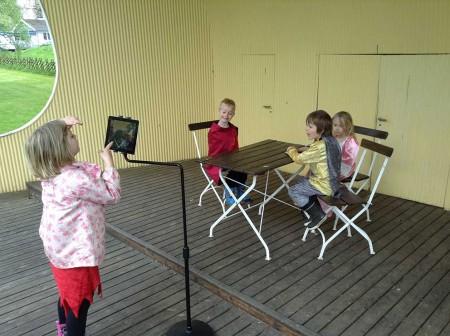 Barnen i arbete med att göra film