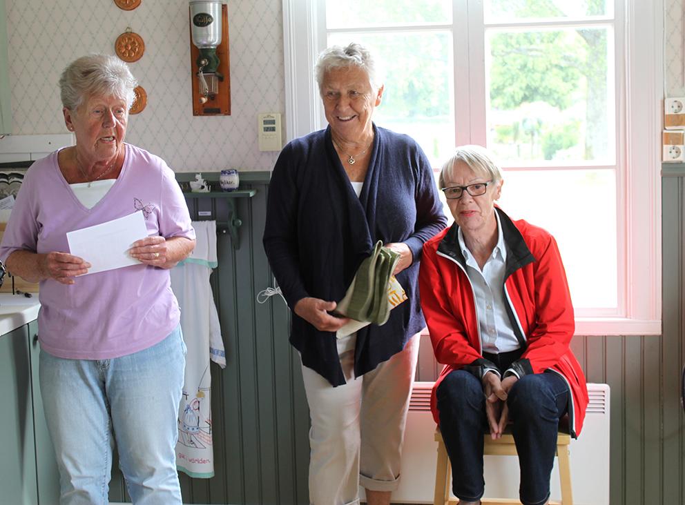 Ingrid Svensson, Elisabeth Sandahl och Ann-Marie Stüffe förbereder öppnandet av Magnisa stuga Café.