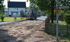 Den gamla dåliga beläggningen är på väg bort. Ett första steg på gatans omdaning.