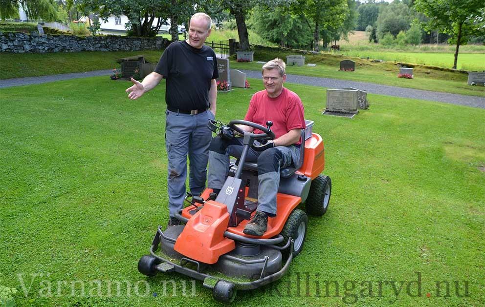 - Bra jobbat, Svensson säger Lars Andersson till Raymond Svensson som ansvarar för gräsklippningen på kyrkogården i Byarum.