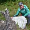 Ingemar Johannesson vid en av de 28-naturpasskontrollerna, en rotvälta som vuxit kring en sten.