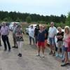 Lennart Karlsson till höger välkomnar till skjutfältet vid General Sparres väg.