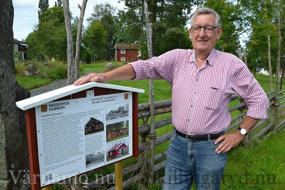En av sex informationstavlor finns på Hembygdsparken i Skillingaryd. Kjell Boberg visar.
