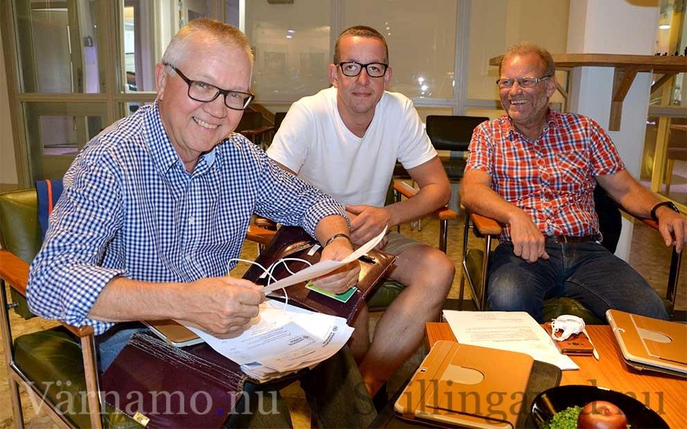 Nöjda herrar: Från vänster Per-Olof Toftgård (C), Jerry Karlsson (FP) och Stig-Göran Hultsbo (MP).
