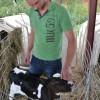 Gustav Gärdskog bekantar sig med en av gårdens nya invånare, en tre dagar ung kalv.