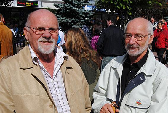 Waggerydsdagens fader Sven-Olof Isacson njöt av solskenet tillsammans med Ove Hedman från Växjö.